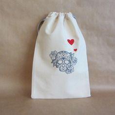 Broderie : sac à coulisses, brodé tête de mort bleue et deux cœurs rouges. dimension : 21 cm x 32 cm