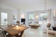 Scandinavian interior. Wit, lichtgrijs en natuurlijke materialen zoals riet en blank hout.