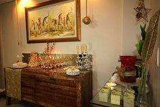 Mesa de Natal Decoração Barata Dourada Montada no Buffet Aparador
