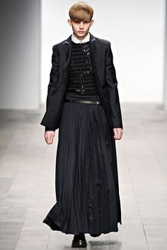 Textures you never see in male clothing. Queer Fashion, Androgynous Fashion, Dark Fashion, Man Skirt, Dress Skirt, Dress Up, Unisex Fashion, Mens Fashion, All Black Men