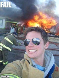 Selfie bad time. Ei, bombeiro! Você não deveria estar, tipo, combatendo aquele incêndio?