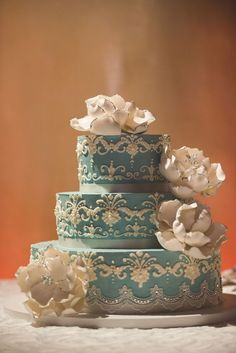 Intricate details on this 3 tiered wedding cake by Lilac Pâtisserie.