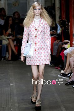 style mixed TWIGGY and Jackuelin in 60s Moschino Cheap and Chic 2013 SS