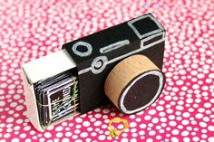 Gift idea: matchbook camera with picture prompts - Magical Daydream Gift idea: matchbook camera with picture prompts - Magical Daydream<br> I have a secret love for matchboxes. In my mind they are cute tiny boxes with endless crafting possibilities: a treasure hiding place, matchbox camera, etc. Matchbox Crafts, Matchbox Art, Cute Crafts, Crafts For Kids, Diy Crafts, Kids Diy, Diy Gifts For Friends, Diy Box, Diy Birthday