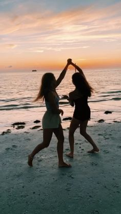 Best Picture For cute vacation pictures For Your Taste You are looking for something, and it is goin Best Friend Gifs, Best Friend Photos, Best Friend Video, Lake Pictures, Vacation Pictures, Photos Bff, Beach Photos, Flipagram Instagram, Best Friends Shoot