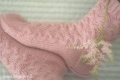 IINU: OHJE: Sorbetti palmikkosukat One Color, Colour, Yarn Colors, Knitting Socks, Free Pattern, Knit Crochet, Knits, Stitches, Slippers