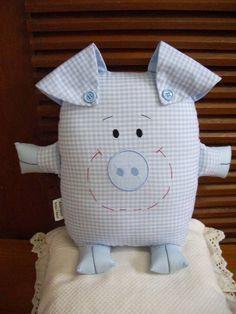 Naninha-porquinho, confecionado em algodão, que pode ser pendurado na parede, porta ou em algum móvel, ou ainda usado como almofada ou travesseirinho no berço ou cama da criança. Baby Sewing Projects, Sewing For Kids, Sewing Crafts, Pig Crafts, Baby Crafts, Pillow Pals, Fabric Animals, Monster Dolls, Fabric Toys
