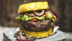 """: Ein Burger ganz ohne pappiges Brötchen. Denn statt der """"Kohlenhydrat-Beilage"""" gibt es beim Hamburger aus dem Paleo-Kochbuch von Nico Richter Ananasscheiben. Am besten frische Ananas nehmen, die aus der Dose liefert zu viel Zucker"""