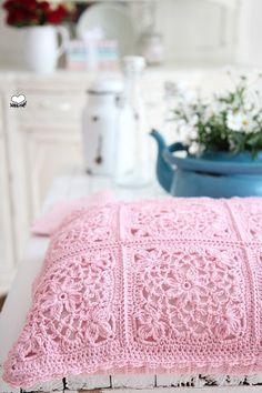 Kissen - Wunderschönes Häkelkissen - ein Designerstück von bleuetrose bei DaWanda
