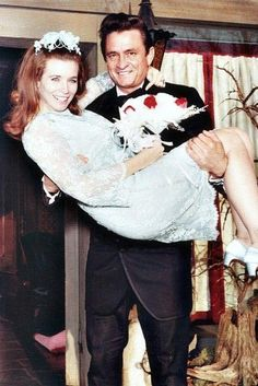 Il matrimonio di Johnny Cash e June Carter Cash June Carter Cash, Country Music Stars, Country Singers, Country Musicians, Joe Jonas, Robin Williams, Celebrity Couples, Celebrity Weddings, Celebrity Wedding Photos