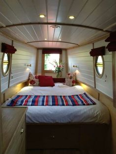 22 Canal Boat Interior Decor Inspiration for All Spaces Well Occupied - Houseboat Decor, Houseboat Living, Houseboat Ideas, Canal Boat Interior, Sailboat Interior, Boot Dekor, Narrowboat Interiors, Boat Bed, Floating House