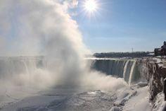 Die an der Grenze zwischen den USA und Kanada gelegenen Wasserfälle trennen den Eriesee vom 54 Meter tiefer gelegenen Ontariosee. Bei Kälte bilden sich rund um die mehrere Hundert Meter breiten Wasserfälle gewaltige Dampfschwaden. Bildquelle: dpa Quelle wetteronline.de