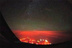 太平洋海面现神秘红光 或为海底火山喷发据《每日邮报》近日报道,一架飞往阿拉斯加的波音747-8客机途经俄罗斯勘察加半岛(Russian peninsula Kamchatka)南部的太平洋上空时,机上的飞行员意外发现海面冒出一片橘红色光,赶紧将此现象拍了下来。 目前尚未有明确的解释,但有说法认为是由于海底火山喷发。    海面冒出一片橘红色光,赶紧将此现象拍了下来。