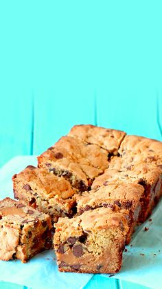 almost impossible to resist soft, chewy, chocolate chip cookie bars made with a gooey caramel layer on the inside!It's almost impossible to resist soft, chewy, chocolate chip cookie bars made with a gooey caramel layer on the inside! Caramel Chocolate Chip Cookies, Salted Caramel Chocolate, Chocolate Caramels, Chocolate Chocolate, Chocolate Videos, Homemade Chocolate, Delicious Chocolate, Baking Recipes, Cookie Recipes