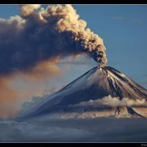 De vulkaan 'Kamchatka' in Rusland. Meer weten over vulkanen? Lees Duh vulkanen! https://itunes.apple.com/us/book/duh!-vulkanen/id593830460?mt=11 Ook superhandig voor je spreekbeurt of werkstuk trouwens!
