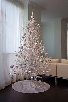 Top Minimalist And Modern Christmas Tree Decor Ideas - Christmas . Top Minimalist And Modern Christmas Tree Decor Ideas - Christmas modern christmas tree decorations - Modern Decoration White Christmas Tree Decorations, Frosted Christmas Tree, White Christmas Trees, Noel Christmas, Xmas Trees, Silver Decorations, Christmas Ideas, Winter Christmas, Christmas Ornaments