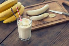 """Funky Monkey"" smoothie by Stephen Coe.the most healthy + DELICIOUS banana smoothie we've tried! Fruit Smoothies, Smoothies Banane, Healthy Smoothies, Healthy Drinks, Healthy Snacks, Breakfast Healthy, Detox Smoothies, Balanced Breakfast, Detox Drinks"