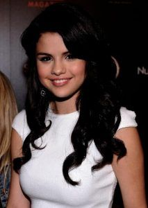 Selena Gomez wears her long brunette tresses styled with big, brushed-out curls with lots of volume at the roots. Selena Gomez Fashion, Selena Gomez Diet, Selena Gomez White Dress, Selena Gomez Style, Latin Hairstyles, Popular Hairstyles, After Five Dresses, Brushed Out Curls, Selena Gomez Pictures