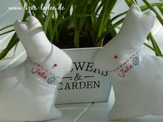 Weiße Stoffhasen auf dem Terrassentisch
