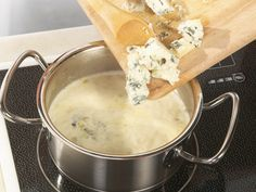 Gorgonzola sauce - the Italian classic is so easy . - Gorgonzola gives dishes a creamy consistency and spicy aroma. We show you how to prepare delicious gorgonzola sauce in just 3 steps. Pasta Recipes, Soup Recipes, Chicken Recipes, Recipes Dinner, Gorgonzola Sauce Pasta, Pot Pie Soup Recipe, Oven Chicken, How To Cook Potatoes, Recipes