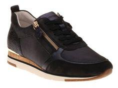 Sneakers van het topmerk Gabor. Dit model heeft zowel een veter- als een dubbele ritssluiting. Doordat het voetbed uitneembaar is, kunnen ook eigen inlegzolen g Wedges, Sneakers, Model, Shoes, Fashion, Tennis, Moda, Slippers, Zapatos