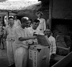 대통령선거 투표함을 봉인하는 모습(1952, 경기도 봉일천 지역투표소). 생산기관 : 유엔 사진도서관