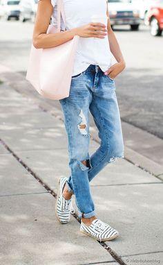 Un petit jean, des espadrilles à lacets... pas mal ce petit look !