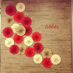 House Coloring: Decoration for Mother's Day! There's still time! Paper Rosettes, Paper Flowers, 3d Paper Crafts, Diy Art, First Birthdays, Origami, Backdrops, Valentines, Crafty