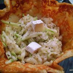 Risoto de Abobrinha e Brie Servido na Cestinha de Parmesão Risoto de Abobrinha e Brie, uma versão leve e saborosa deste delicioso prato italiano. Servido na cestinha de parmesão fica um espetáculo.