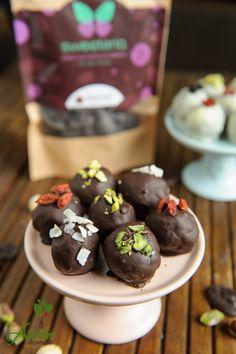 Bomboane vegane cu rom si ciocolata cu o aroma subtila de rom, migdale, cocos, curmale si ciocolata ... si nu orice ciocolata, ciciocolata belgiana de calitate premium, de laBarry Callebaut,cel mai bun furnizor și exportator de ciocolata și cacao de cea mai buna calitate din lume, fara zahar, indulcita exclusiv cu Green Sugar. David, Cookies, Desserts, Food, Thermomix, Biscuits, Meal, Deserts, Essen