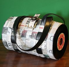 P'Oca Vinile | I dischi sono recuperati in un mercatino dell… | Flickr Vinyl Record Crafts, Vinyl Crafts, Vinyl Records, Vinyl Art, Diy Crafts With Cds, Upcycled Crafts, Home Music, Potli Bags, Diy Wallet
