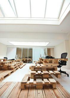 自分的にはクールなオフィスNo.1! ライフハッカーやギズモード、はてはプライベートブログでも紹介しているオランダの広告会社Brandbase社のオフィス。 倉庫の運搬で活用される木製パレット(荷台)をテーブルその他に活用しています。 白い壁と床に加え、デスクやテーブルの天板には強化ガラスを使っており、大型の窓が自然光...