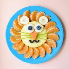 Quando a gente tem uma criança em casa que não gosta muito de fruta a única coisa que nos resta é usar a criatividade ao nosso favor para convencê-la a comer, não é mesmo? Pensando nisso selecionei algumas fotos para servir de inspiração para montar um prato recheado de frutas variadas. Hoje no Blog!  www.mamaedisse.com.br