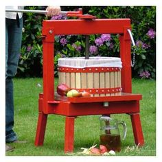 around 18kg/40lbs of apples or pears to create up to 8 litres/14 pints of delicious fresh juice with just one simple operation http://www.harrodhorticultural.com/cross-beam-fruit-press-20-litres-pid7914.html Cross-Beam Fruit Press (20 litres) - Harrod Horticultural (UK)