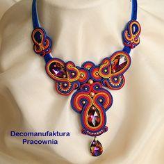 Naszyjnik wykonany z kryształów w intrygującym odcieniu Volcano oraz sutaszu w kolorach idealnie współgrających z barwami, jakimi ...