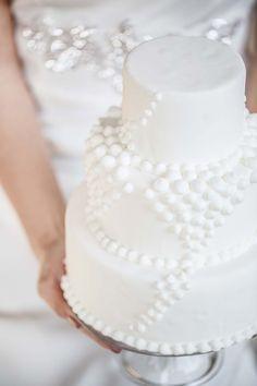 Hochzeits-Noblesse: schlichte Romantik im Loft-Style ELENA ENGELS http://www.hochzeitswahn.de/inspirationsideen/hochzeits-noblesse-schlichte-romantik-im-loft-style/ #wedding #mariage #cake