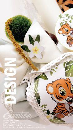O lumanare pentru botez cu tigru , dantela alba si aplicatii flori exótice, iasomie si frunze de palmier. Cromatica lumanarii este verde si alb, cu mici accente de orange si brun de la jucaria de plus, figurina de cca. 14 cm cu un puiut de tigru dragalas. Lumanarile de botez cu tigrii, lei, girafe, elefanti sunt haioase si deosebite pentru ca pot fi pastrate si dupa botez fini foarte decorative, extrem de potrivite pentru a infrumuseta camera bebeului vostru.Pentru a alege si trusoul de… Lei, Design, Cots, Figurine