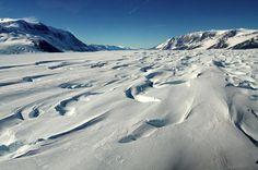 Il vento può raggiungere velocità impressionanti e modellare la superficie dei ghiacciai.