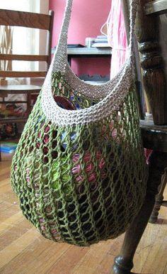 Sødt og brugbart indkøbsnet, nemt at lave og med en stærk strop. De fleste garntykkelser og materialer kan bruges. Her i hør/bomuld på pinde 3½, 4½ og 6½. Læs mere ...