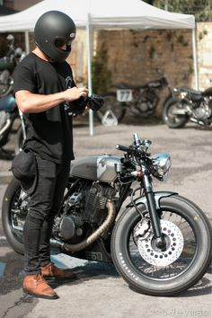 15 Amazing Cafe Racer For Motorcycle Lover - Grids And Layers Yamaha Cafe Racer, Cafe Bike, Cafe Racer Motorcycle, Moto Bike, Cafe Racer Helmet, Motorcycle Men, Blitz Motorcycles, Cool Motorcycles, Vintage Motorcycles