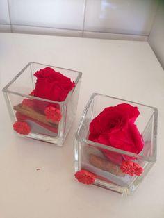 Rose profumate in vasi decorati in fimo