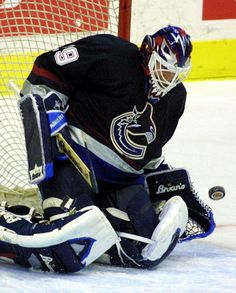 Felix Potvin Ice Hockey Teams, Hockey Goalie, Goalie Pads, Canada Hockey, Masked Man, Vancouver Canucks, National Hockey League, World Of Sports, Sports Stars