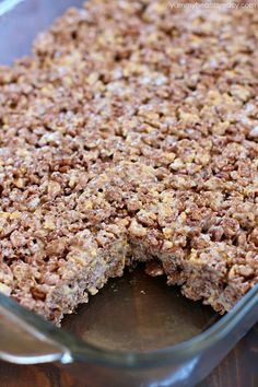 Take those boring rice krispies treats to a whole new level and make them into S'mores Rice Krispies Treats! With marshmallow, graham crackers and Cocoa Krispies, these S'mores Rice Krispies Treats are the BOMB! Cereal Treats, Rice Krispie Treats, Rice Krispies, Cocoa Krispies, Apple Deserts, Recipes With Marshmallows, Dessert Recipes, Desserts, Dessert Ideas