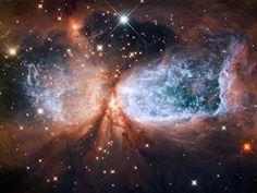 Hubble mostra Sh 2-106, uma região formadora de estrelas,a jovem estrela S106 IR expele material a velocidade muito alta espalhando gás e poeira. A estrela que tem aproximadamente 15xsol