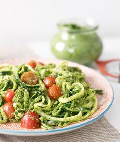 Ein gesundes Gericht in nur 15 Minuten? Wie wäre es mit Zucchininudeln und Pesto aus dem heimischen Superfood Bärlauch? Ist warm und kalt einfach köstlich.