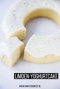 Met mooi weer hebben wij alleen maar zin in frisse baksels. Cake met citroen of deze limoen-yoghurtcake. Die is super fris, licht zurig en perfect om te maken in de zomer. Sweet Bakery, Cake Toppings, Doughnut, Nom Nom, Spices, Cupcakes, Sugar, Cheese, Meals