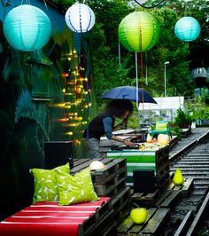 SOLVINDEN LED-Solarhängeleuchten in Kugelform in Blau, Grün und Weiß mit SOLVINDEN LED-Solarstandleuchten in Apfel- und Birnenform in Grün und Weiß