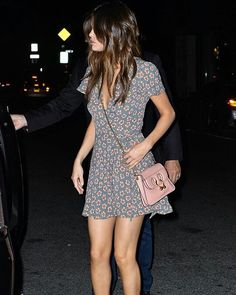 Selena Gomez certainly knows how to make even the most casual outfit seem daring. She wowed in New York as she appeared in a casual dress and platform heels Selena Gomez Fan, Vestido Selena Gomez, Fotos Selena Gomez, Selena Gomez Pictures, Selena Gomez Bikini, Selena Gomez Makeup, Cute Dress Outfits, Cute Dresses, Bikini Outfits