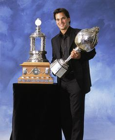 José Théodore : Le 20 juin 2002, Théodore attire les feux de la rampe lors de la remise des trophées de la LNH. Il a terminé la campagne avec une fiche de 30-24-10 en 67 rencontres, une moyenne de buts alloués de 2,11 et un pourcentage d'arrêts 0,931, ce lui permet de mettre la main sur le trophée Roger-Crozier. Il se voit alors attribuer le trophée Vézina, remis au meilleur gardien du circuit, de même que le trophée Hart à titre le joueur le plus utile à son équipe.