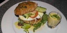 Fiskeburger i nøddeboller med cremet mozzarella og sprøde grøntsager.